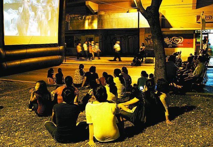 La verbena popular del fin de semana incluye funciones de cine al aire libre. (Milenio)