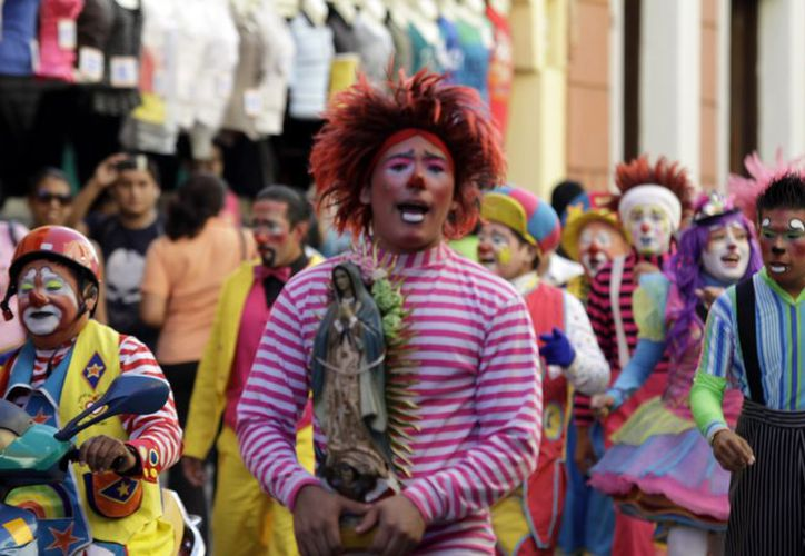 Payasos durante la procesión que realizaron por el centro de Mérida, rumbo al santuario guadalupano de San Cristóbal. (Christian Ayala/SIPSE)