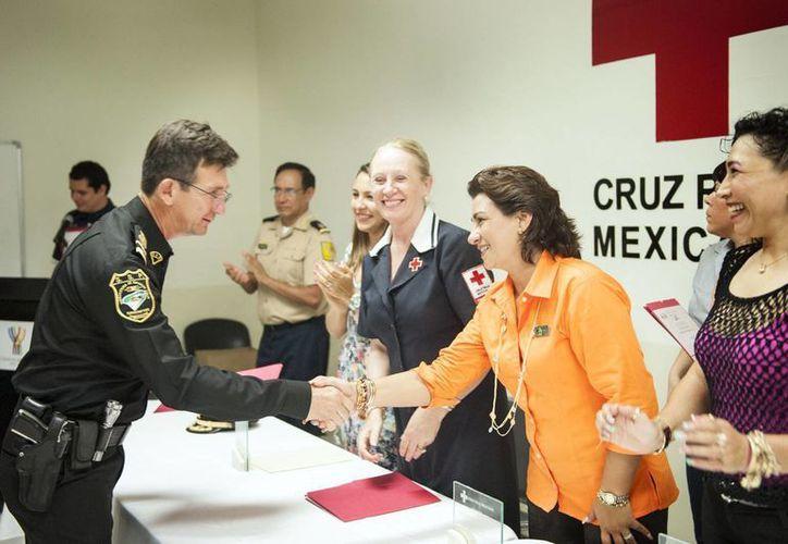 En el Hospital de ortopedia se entregaron reconocimientos a organismos y autoridades por su apoyo a la colecta de la Cruz Roja. (Cortesía)