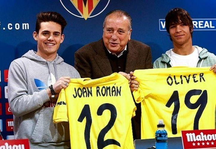 Joan Roman (i) y Óliver Torres (d) fueron presentados formalmente por el presidente del club Villarreal, Fernando Roig. (villarrealcf.es)