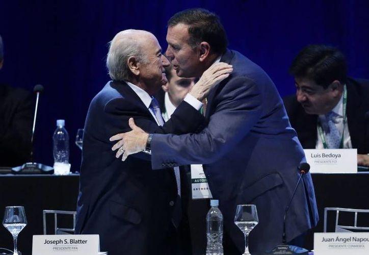 Joseph Blatter y Juan Ángel Napout, este último fue extraditado a Estados Unidos este martes. El paraguayo es uno de los 16 acusados por el FBI de participar en el esquema de corrupción que envuelve a la FIFA. (Archivo AP)