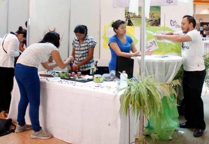 Emprendedores del interior del Estado recibirán apoyo del IYEM, con el programa 'Yucatán Emprende'. La imagen es emprendedores en la Feria del Comercio, y está utilizada solo como contexto. (Milenio Novedades)