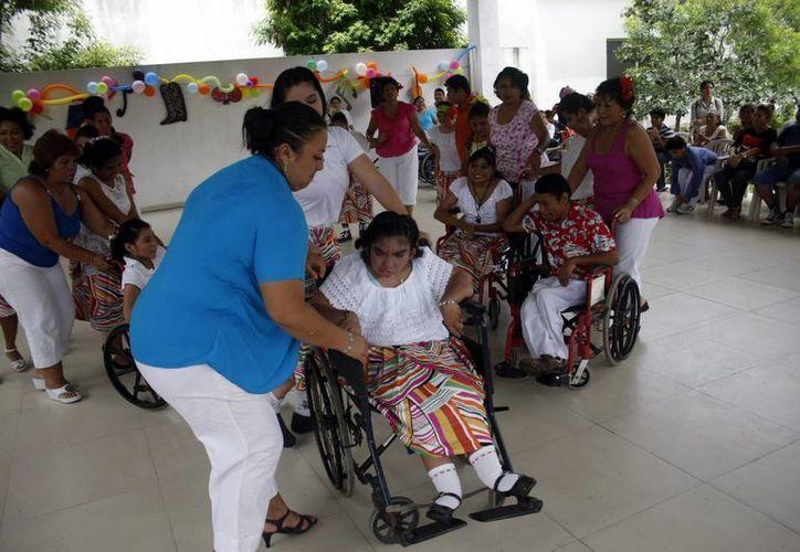 """Los padres de familia también participaron en el festejo del Patronato Peninsular Pro niños con deficiencia mental """"Construyendo Sonrisas"""". (Christian Ayala/SIPSE)"""