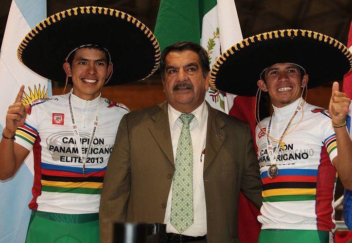 Los ciclistas Diego Yepez (i) y José Ramón Aguirre no terminaron su prueba. (www.candeportes.blogspot.mx(Archivo)