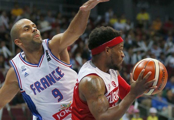 Guiada por Tony Parker, la selección francesa de basquetbol derrotó a su similar de Canadá y obtuvo su pase a los juegos olímpicos de Río 2016. (AP)