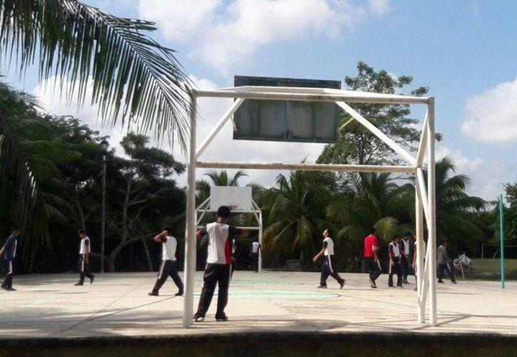 Las torres en mal estado representan un serio peligro para los estudiantes y los habitantes. (Eddy Bonilla/SIPSE)