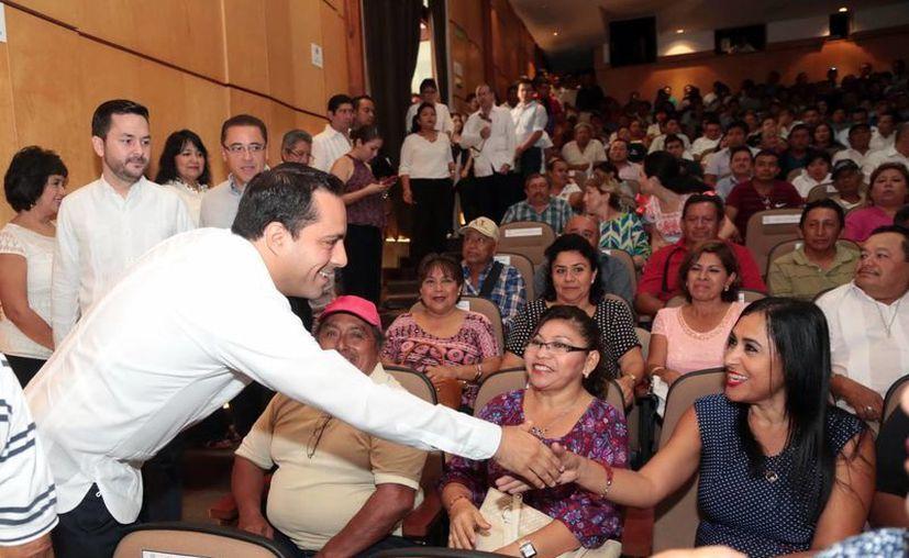 El alcalde Mauricio Vila saluda a una de las asistentes durante el festejo del Día del Empleado Municipal. (Milenio Novedades)