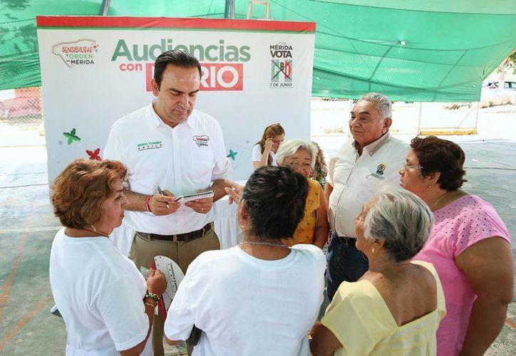 Nerio Torres Arcila platica con meridanos que se dieron cita en el fraccionamiento Mulsay para el Miércoles de Audiencia. (SIPSE)