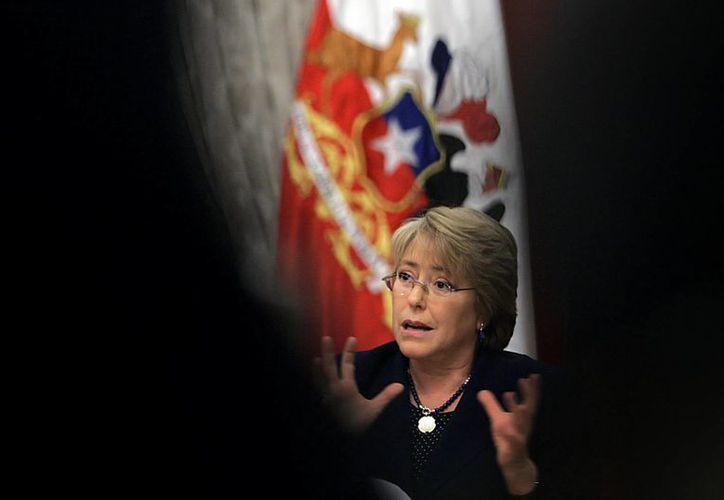 La presidenta Bachelet ha sido señalada de permitir que su hijo utilizara influencias para impulsar su negocio. (EFE)