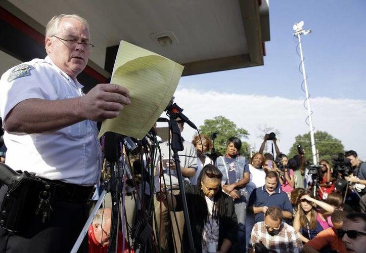 El jefe de policía de Ferguson, Thomas Jackson, reveló varios informes y documentos durante una conferencia de prensa. (Agencias)