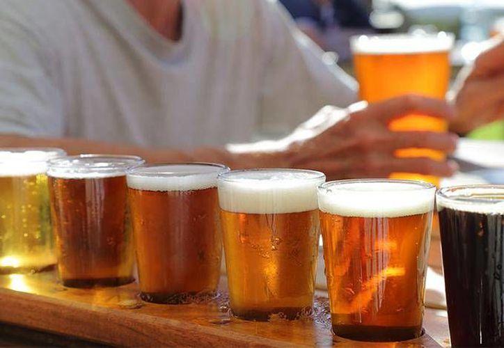Los mexicanos gastan en promedio 158 pesos a la semana en cerveza. (dineroenimagen.com)