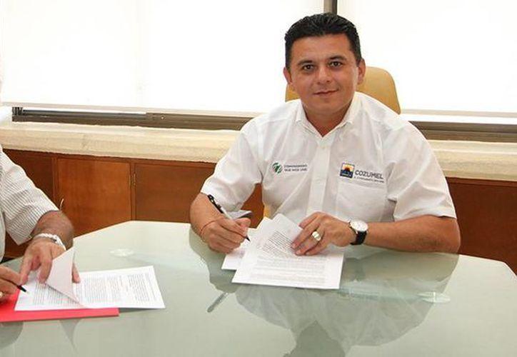 El vicepresidente de Experiencias Xcaret, Carlos Constandse  y el presidente municipal, Fredy Marrufo Martín, firmaron un convenio para el fomento del turismo social.  (Redacción/SIPSE)