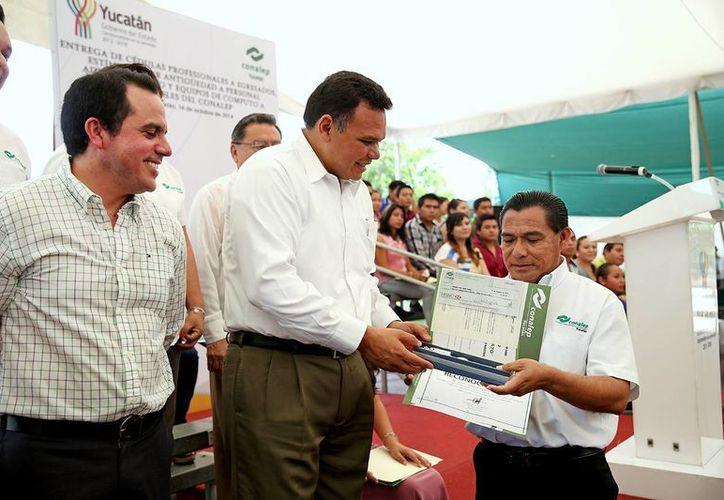El gobernador Rolando Zapata Bello entregó cédulas y títulos a egresados del Conalep Yucatán. (SIPSE)