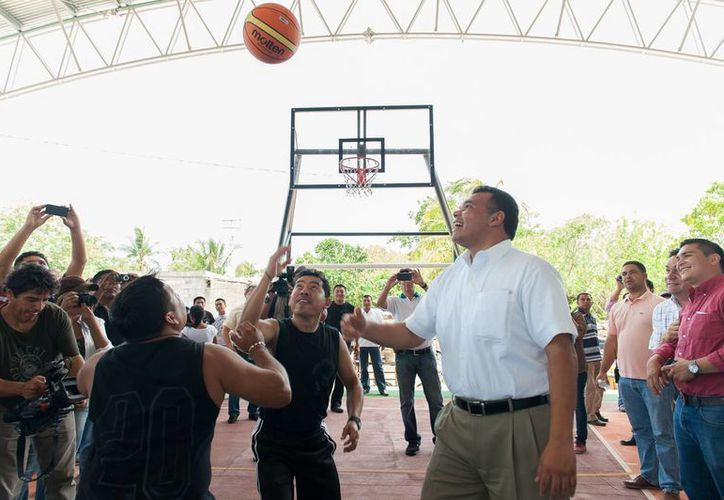 Con sendos partidos de básquetbol, se inauguraron las canchas de usoso múltiples de Tekantó y Xoccel. (Cortesía)