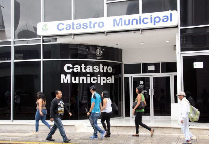 El municipio confía que autoricen el cobro a predios del Gobierno tanto estatal como federal. Imagen de la entrada del edificio de Catastro municipal en el centro de Mérida. (Milenio Novedades)