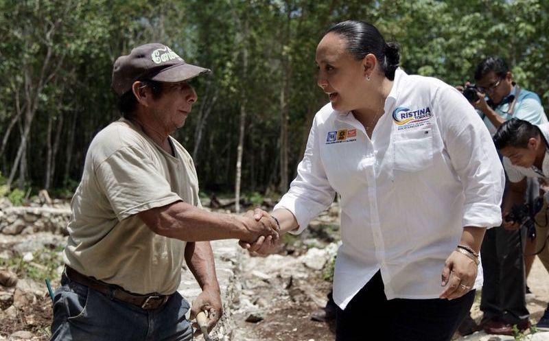 Cristina Torres, candidata de la alianza Por Quintana Roo al Frente, escuchó las necesidades de los habitantes y compartió sus propuestas. (SIPSE)