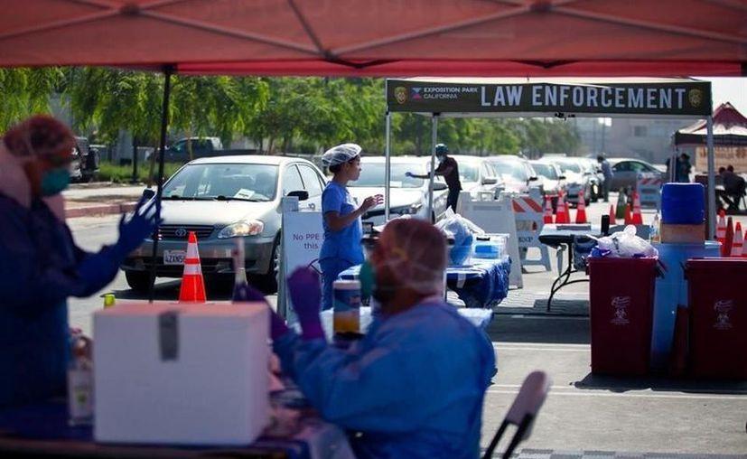 Personas hacen fila para hacerse una prueba de coronavirus en Los Ángeles. (Foto: NYT para Reforma).