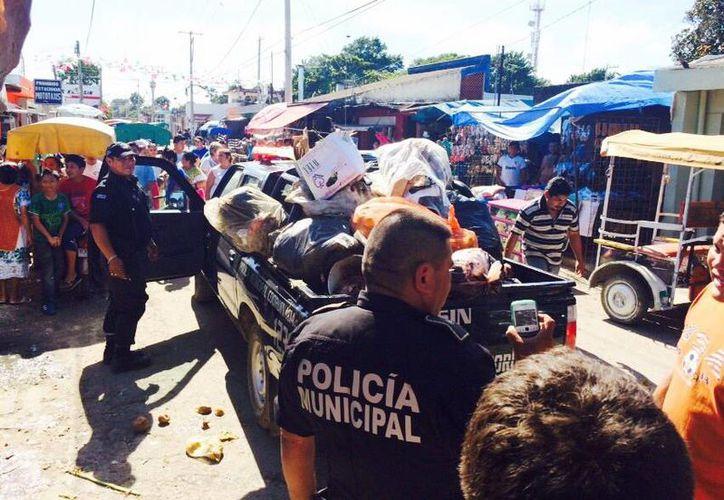 La Policía de Kanasín tuvo que hacer la labor de recoja de basura, aunque en lugar de llevarlo al basurero de Timucuy lo arrojaron en la carretera. (Milenio Novedades)