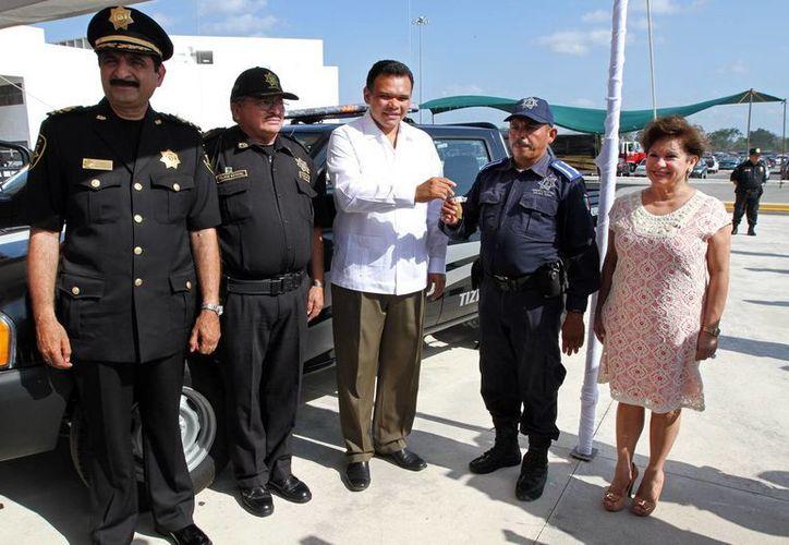 Al término del acto protocolario Zapata Bello entregó las llaves de las unidades a cada uno de los agentes que estarán al mando de la unidad. (Cortesía)