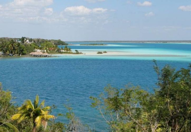 Alertan posibles afectaciones a las siete tonalidades características de la laguna de Bacalar. (Archivo/SIPSE)