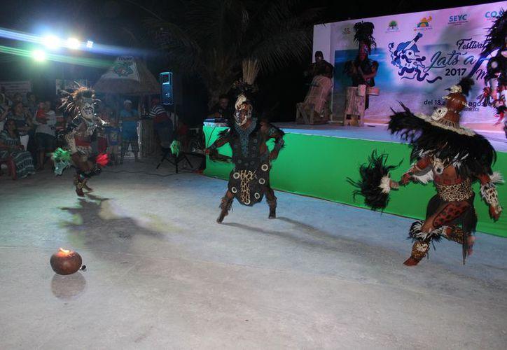 Hubo participación de grupos culturales autóctonos y artesanos de comunidades, con el fin de conservar las tradiciones. (Joel Zamora/SIPSE)