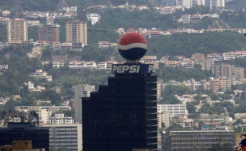 Una panorámica de Caracas (Venezuela) en la que se observa un globo publicitario de la marca Pepsi que se encuentra ubicado en la punta de un edificio caraqueño. (Archivo/EFE)