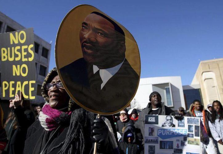 Varias personas participan en la 31º marcha anual en honor a Martin Luther King Jr. en Memphis, Tennessee, este 18 de enero de 2016. (EFE)