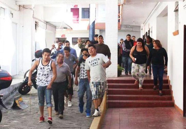 Locatarios del mercado Adolfo López Mateos y colonos de La Estación tomaron las oficinas en respaldo a Cuauhtémoc Blanco, quien recibirá un juicio político en su contra. (Excelsior via Quadratín)
