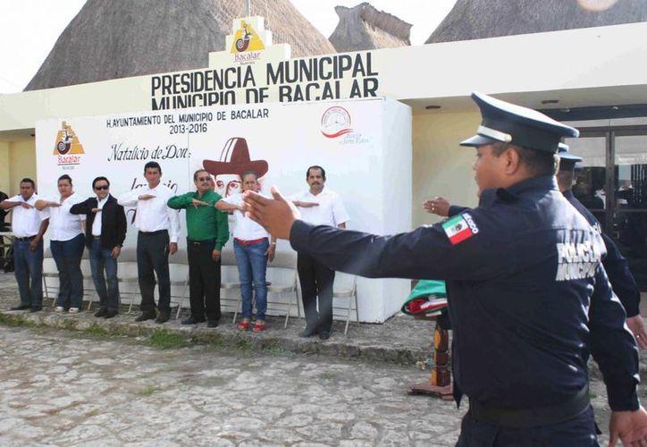 El edil bacalarense invitó a los funcionarios municipales a imitar los valores del general Ignacio Allende. (Cortesía/SIPSE)