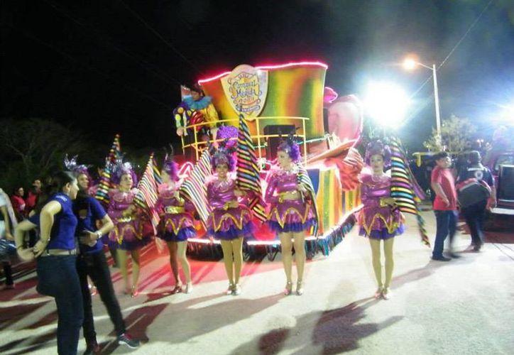 En entusiasmo estuvo 'al 100' la noche del Sábado en el Carnaval de Mérida 2014, en Xmatkuil. En la imagen, un aspecto del desfile del viernes. (Facebook/SIPSE)
