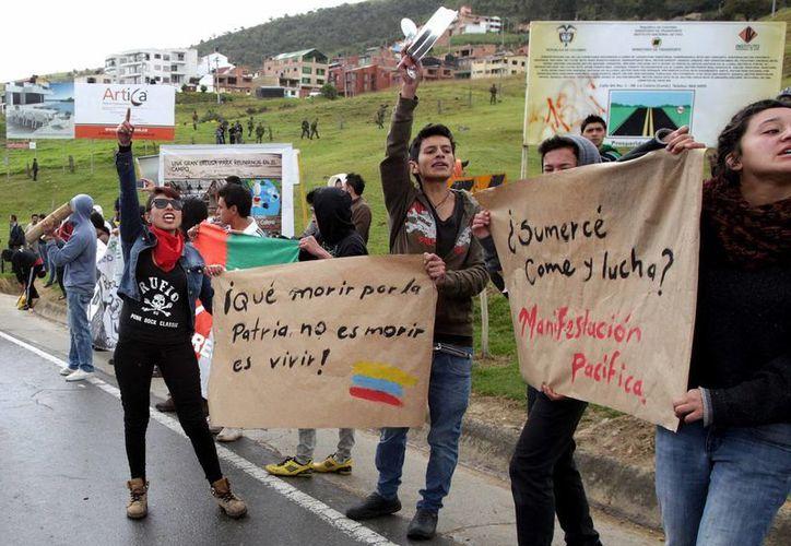 Ante las protestas y bloqueos no solo se ha implantado el toque de queda sino que se prohibió la venta y consumo de alcohol. (EFE)