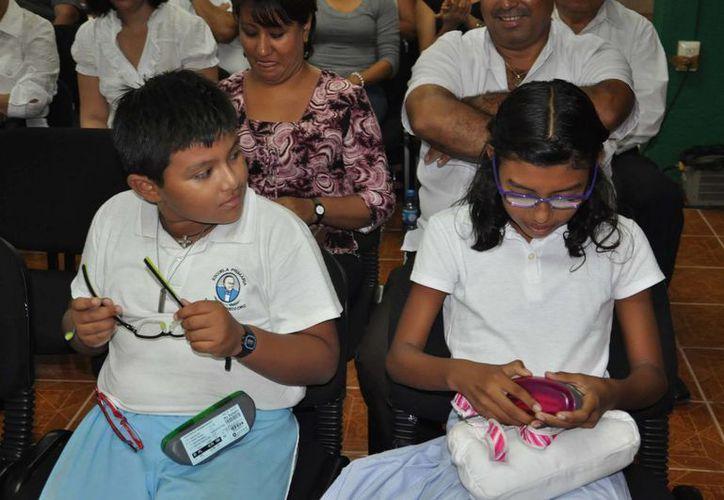 Los alumnos pueden adquirir sus lentes en 90 pesos. (Harold Alcocer/SIPSE)