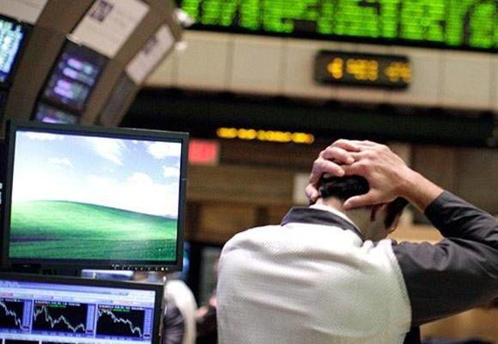 Empleados de bolsa tienen miedo de los 'cisnes negros', acontecimientos capaces de  llevar al sistema financiero al borde del colapso. (Archivo/Reuters)