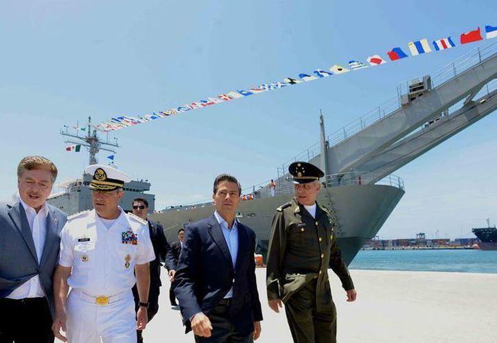 El Presidente encabezó la ceremonia del recuerdo a los marinos que perdieron la vida en cumplimiento de su deber. El acto tuvo lugar en el buque Usumacinta A-412. (Facebook/Enrique Peña Nieto)