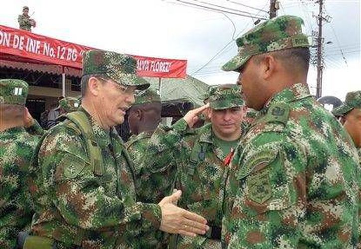 Foto del general colombiano Ruben Darío Alzate (izq) al momento de estrecharle la mano a un soldado en Colombia. (Agencias)