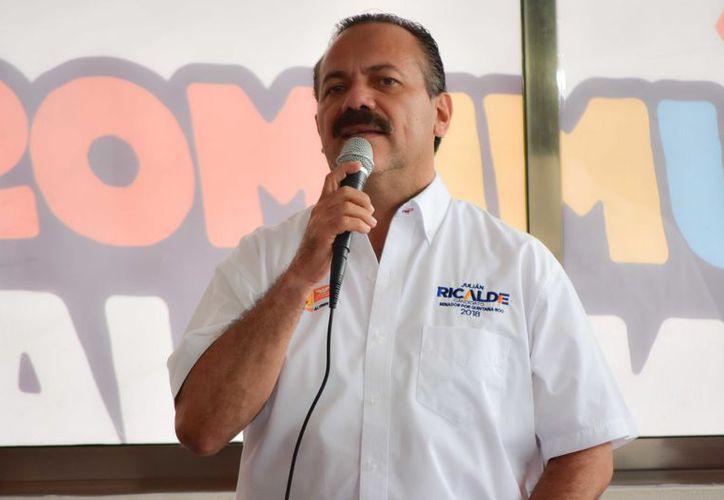 En su gira por el sur del estado, Julián Ricalde visitó la cabecera municipal de Bacalar. (Redacción)