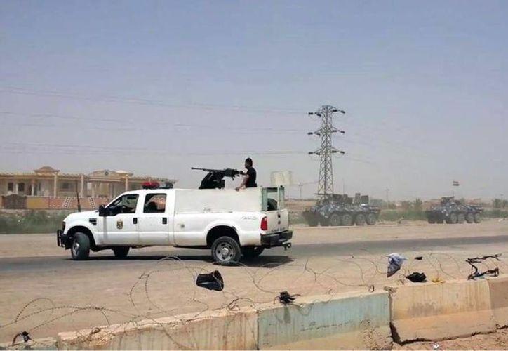 Fuerzas de la policía federal levantan barricadas en la ruta hacia Bagdad para proteger la base militar de Habaniyah próxima a Ramadi, Irak, en el este de la localidad de Husaybah estes lunes. (Foto AP)