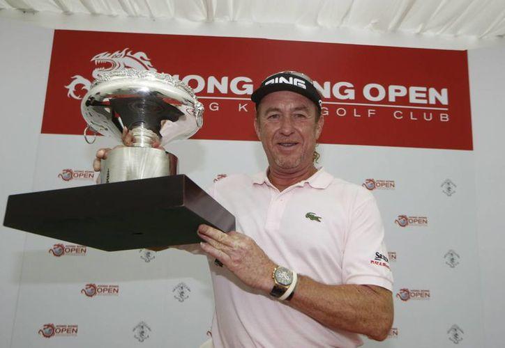 Miguel Ángel Jimenez posa con el trofeo del torneo de gol abierto de Hong Kong. (Agencias)
