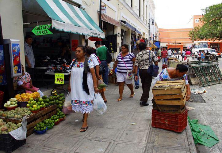 Muchos ambulantes tienen locales en el San benito. (Milenio Novedades)