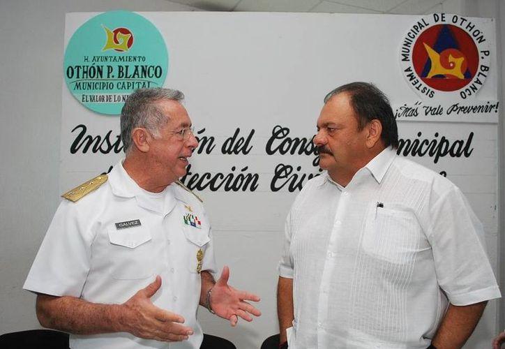 El Vicealmirante Cuerpo General DEM, Rafael Gálvez Ibarra y el alcalde Eduardo Espinosa Abuxapqui, durante la instalación del Consejo. (Cortesía/SIPSE)