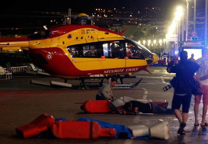Imagen de la noche trágica en Niza. Este jueves, el Gobierno ordenó investigar el papel de la policía nacional para detectar posibles fallas en el operativo, tal como denunció un diario francés. (Archivo/NTX)
