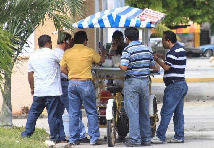 Vigilan puestos de comida para evitar enfermedades como la salmonella. (Harold Alcocer/SIPSE)