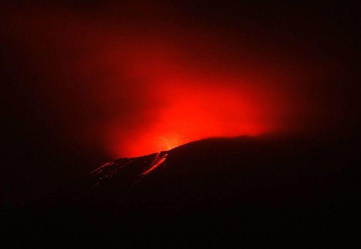 El Centro Nacional de Prevención de Desastres (Cenapred) reportó que el volcán Popocatépetl lanzó fragmentos incandescentes y presentó una emisión continua de ceniza. (Notimex)