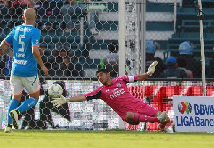 Todo mal para Cruz Azul: tres goles en contra, un penal fallado y hasta tarjeta roja fue el saldo con el que La Máquina se despide del Clausura 2016. (Mexsport/ Notimex)