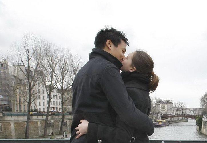 El 80% de los encuestados dijo que encontró el amor cuando menos lo esperaban, y más del 25% admitió que la persona con la que es feliz no coincide con el ideal que buscaba. (Agencias)