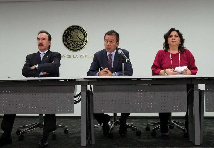 El presidente del CEN del PRI, César Camacho Quiroz, flanqueado por el senador Emilio Gamboa y la secretaria general del partido, Ivonne Ortega Pacheco. (Notimex)
