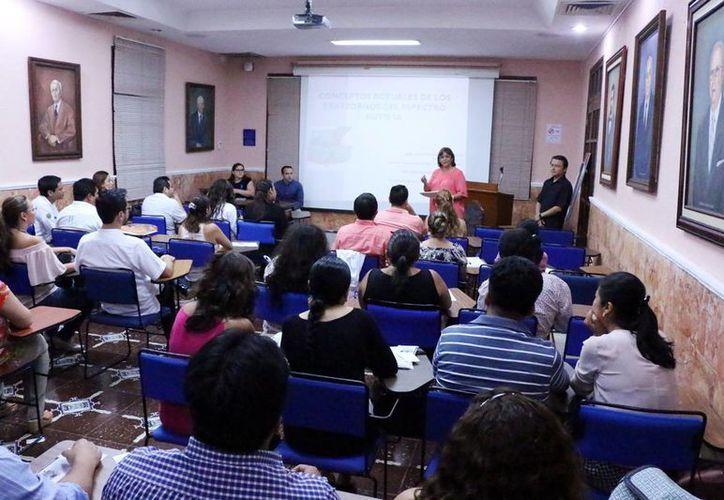Alrededor de 70 médicos asistieron a la plática organizada por Cenat, en la facultad de Medicina de la Uady. (Milenio Novedades)