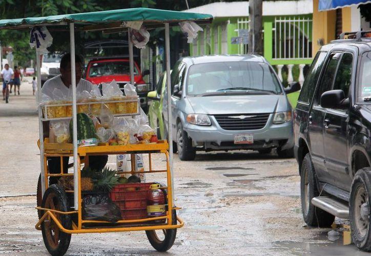 De acuerdo con un exdirigente de la Canaco-Servytur, en Tulum cada vez hay más comercios formales e informales.  (Rossy López/SIPSE)