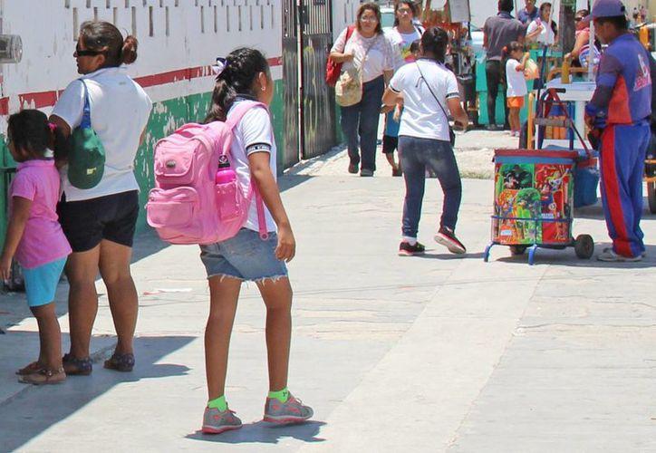 Los estudiantes no deben cargar en sus mochilas más del 10% de su peso corporal. (Jesús Tijerina/SIPSE)