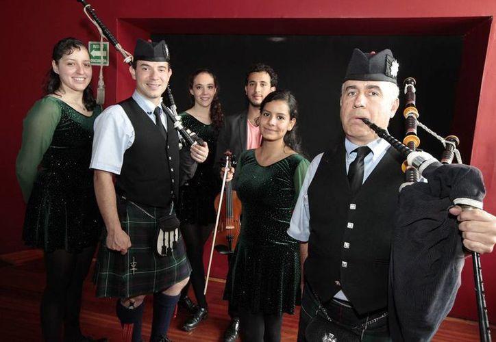 Los gaiteros prometen llevar al público de viaje por las antiguas regiones celtas a través de su música, color y emociones. (Notimex)